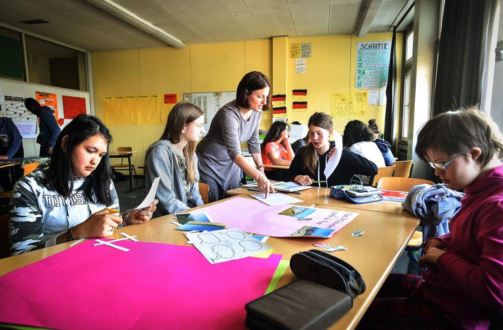 Die Achtklässler erstellen gemeinsam Fotoposter als Erinnerung an ihren Schüleraustausch mit Quimper in der Bretagne. Foto: Lichtgut/Ferdinando Iannone