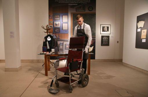 Hawkings Rollstuhl für 341 000 Euro  versteigert