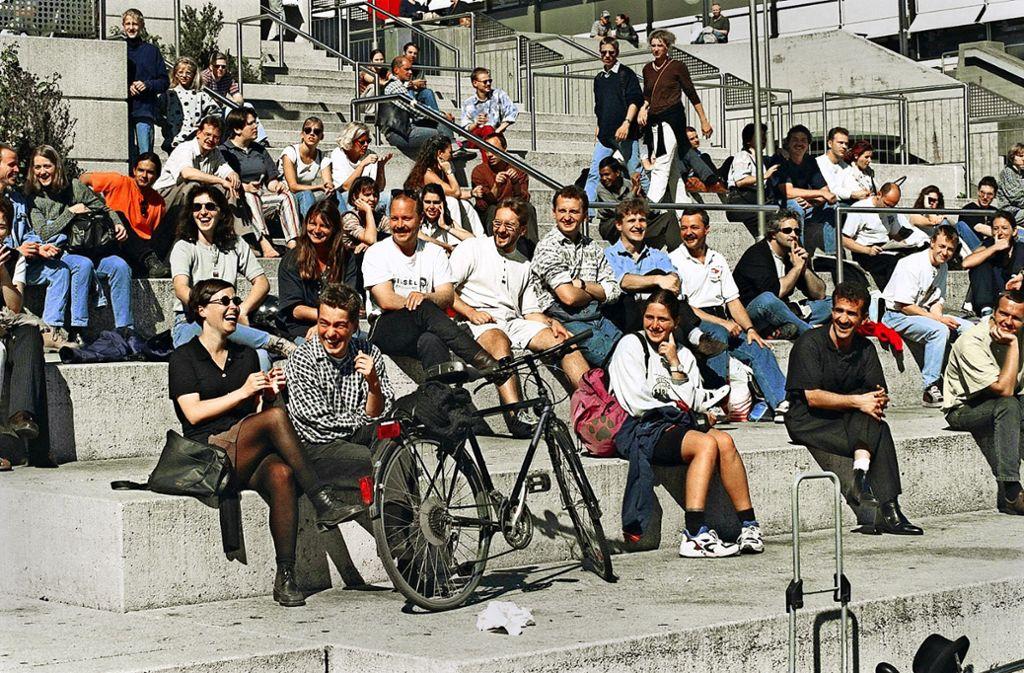 Von 1993 bis 2002 stand auf dem Kleinen Schlossplatz die 30 Meter breite Freitreppe, die noch  heute von sehr vielen Stuttgarterinnen und Stuttgartern  vermisst wird. Foto: Horst Rudel