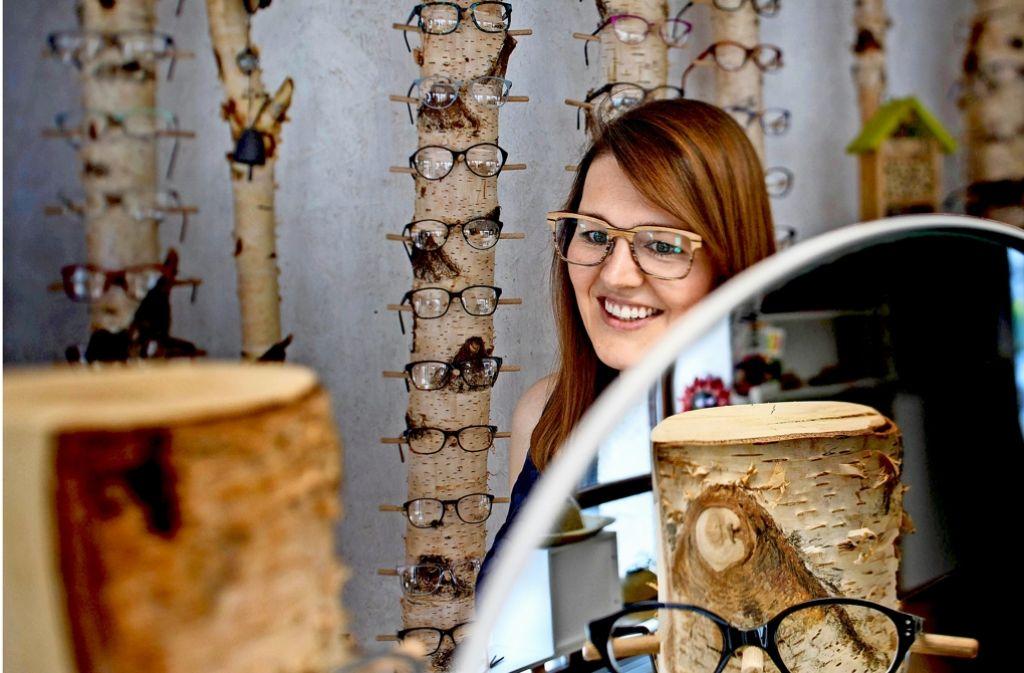Durchblick auf durchweg faire Weise verspricht die Optikerin Anke Kiefer. Foto: Gottfried Stoppel