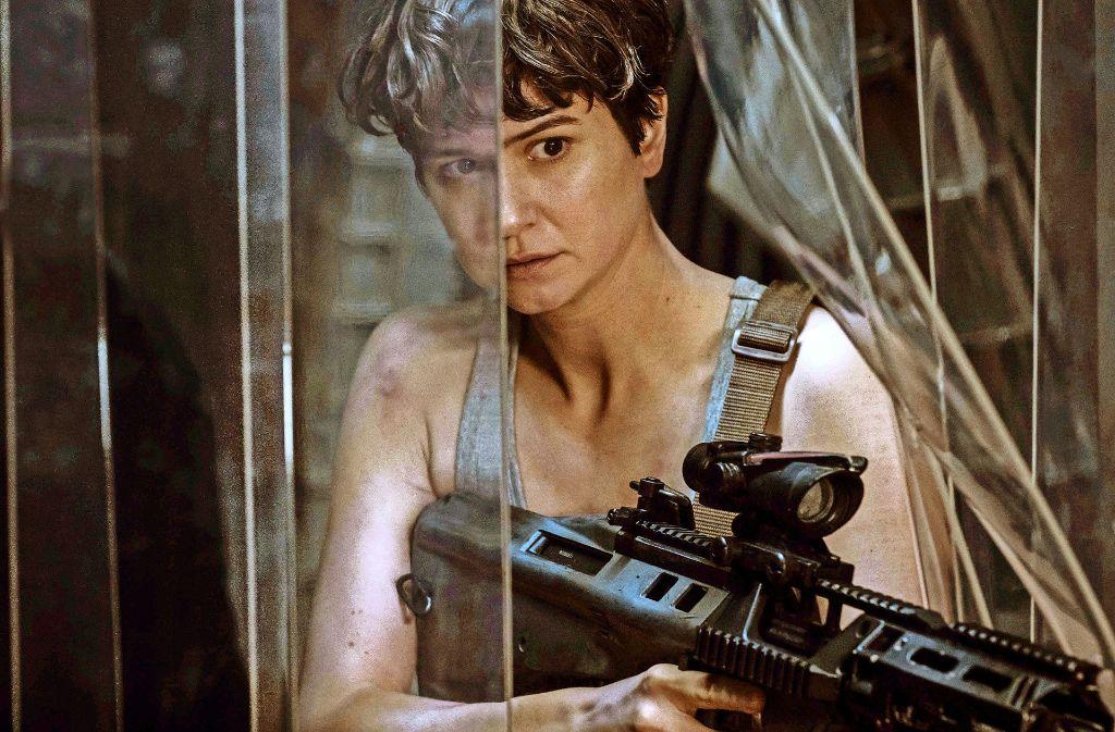 """Auf den Spuren von Sigourney Weaver:  Katherine Waterston in """"Alien: Covenant"""". Foto: 20th Century Fox"""