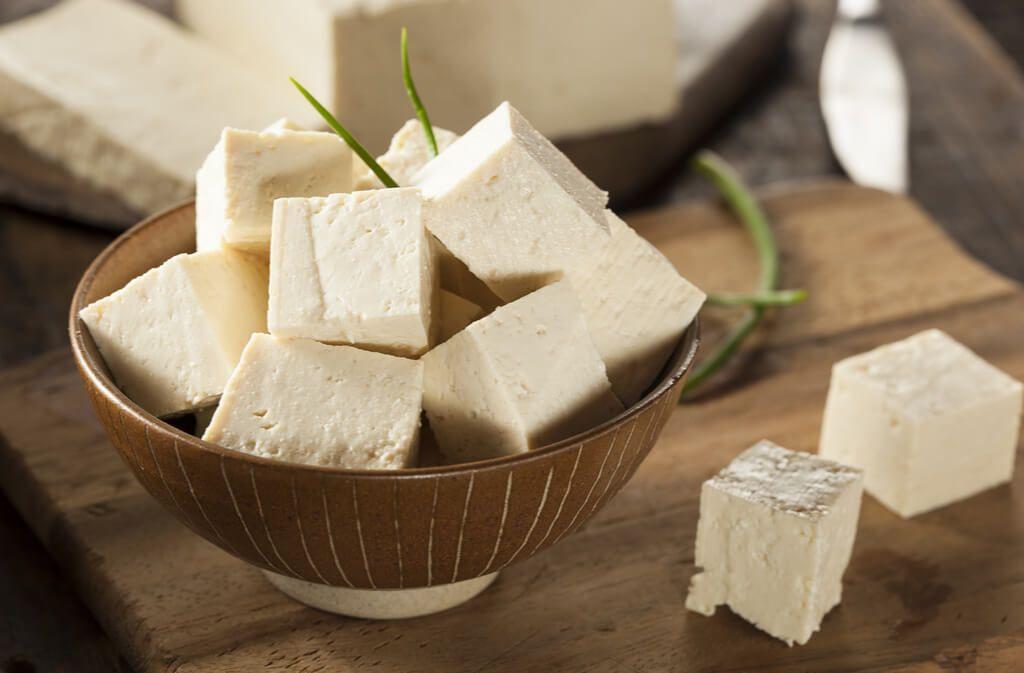 Alles über die Herstellung, Inhaltsstoffe und Verwendung von Tofu. Die wichtigsten Fragen und Mythen über den Soja-Fleischersatz beantwortet. Foto: Brent Hofacker / Shutterstock.com