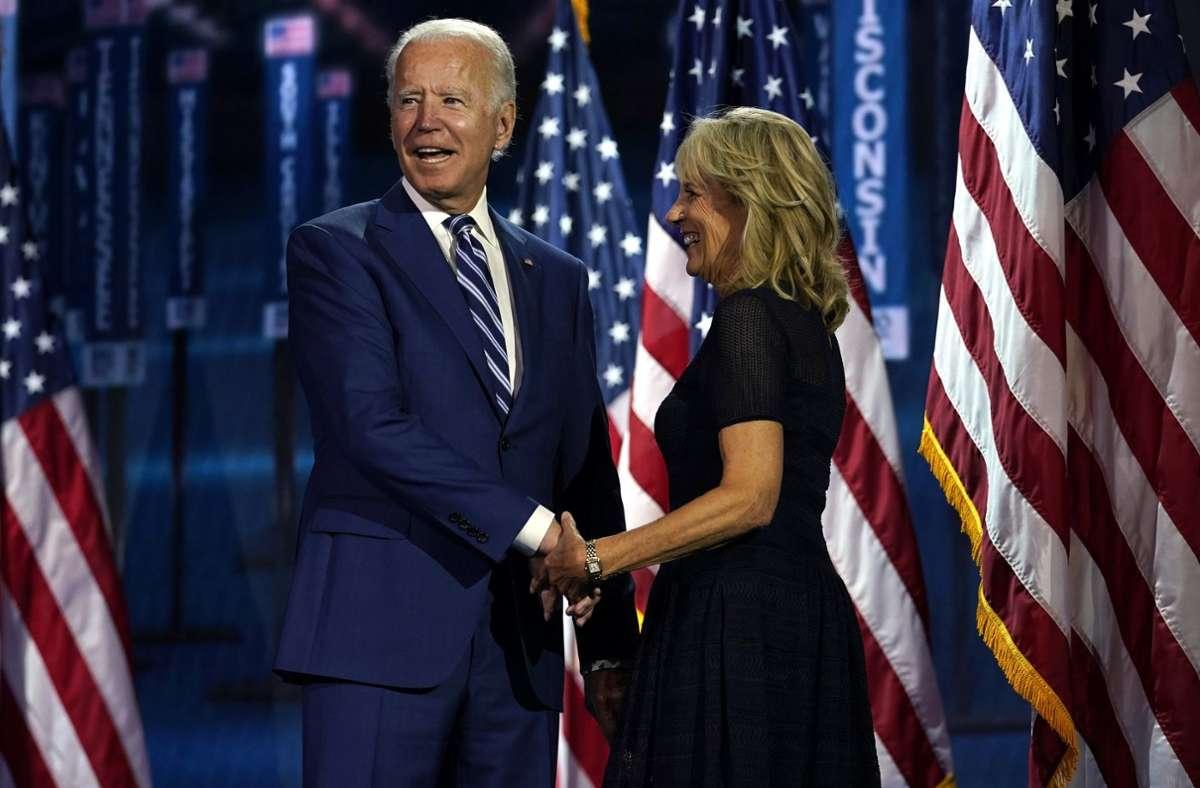 Gruß in die virtuelle Runde:  Präsidentschaftskandidat Joe Biden mit seiner Ehefrau Jill auf der Bühne eines  fast leeren Kongresssaals in Wilmington Foto: dpa/Carolyn Kaster