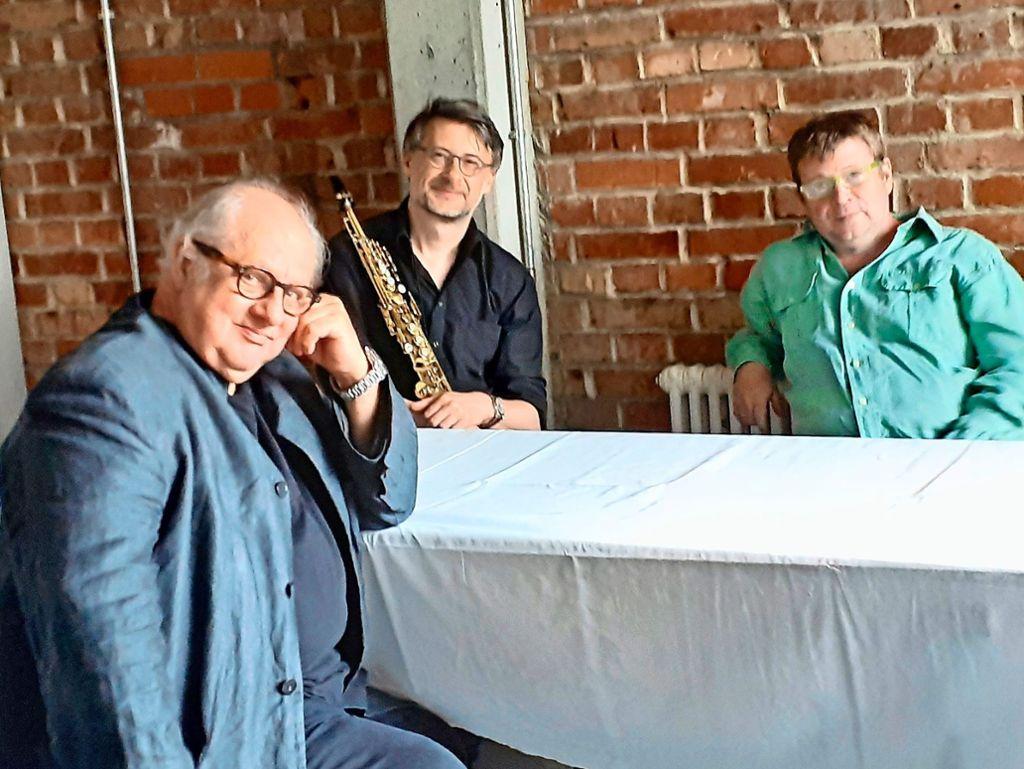 Multitalent Vincent Klink, Saxofonist Frank Kroll und Pianist Patrick Bebelaar (v.l.n.r) geben im Stuttgarter Theaterhaus ein Geisterkonzert.  Foto: Gabriele Metsker