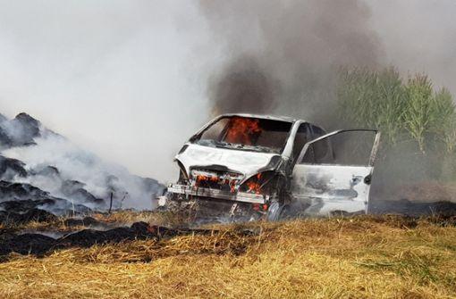 Autofahrer fährt sich auf Acker fest – Wagen gerät in Brand