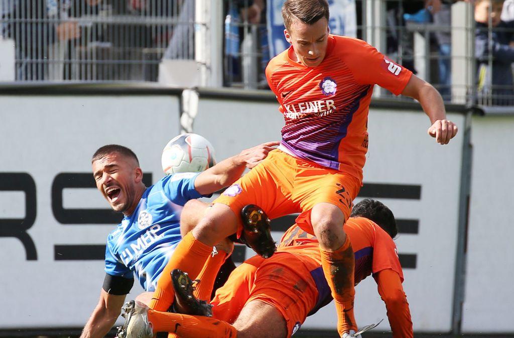 Leon Braun und die Kickers mussten gegen Nöttingen eine Pleite einstecken. Foto: Pressefoto Baumann/Alexander Keppler