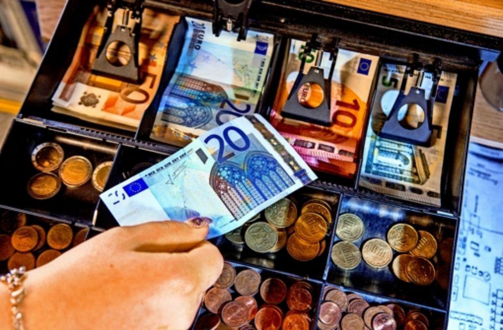 Wie viel bar darf sein? Der Vorschlag einer Obergrenze beim Zahlen  stößt auf Kritik. Foto: dpa