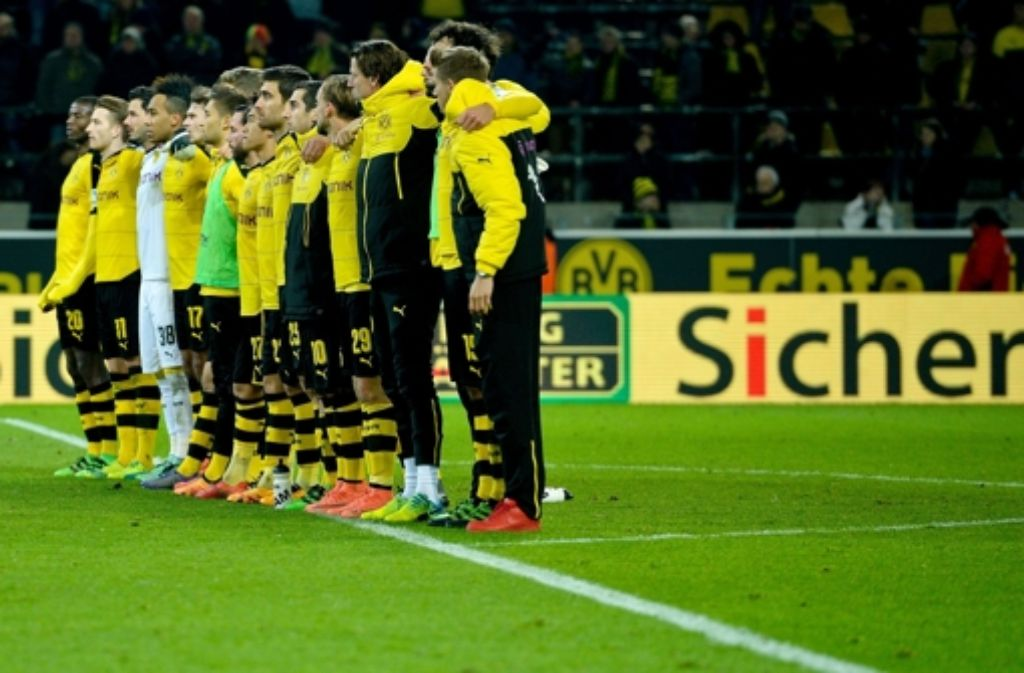 Auch die BVB-Mannschaft zollte dem Toten ihren Respekt. Foto: AFP