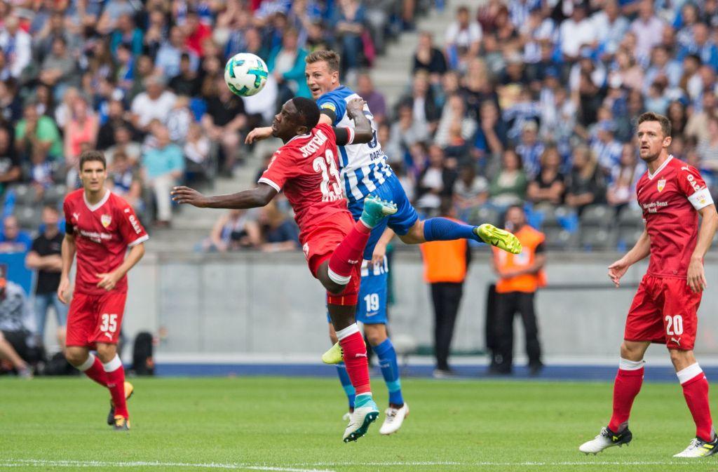 Orel Mangala (Mitte) im Kampf um den Ball. Foto: Pressefoto Baumann
