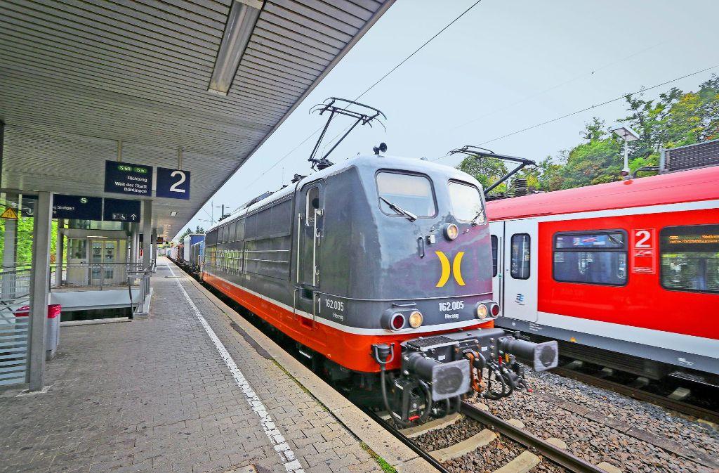Kräftige Lokomotiven, die lange Güterzüge hinter sich her ziehen, gehören seit einigen Wochen auch zum Erscheinungsbild des Foto: factum/Granville