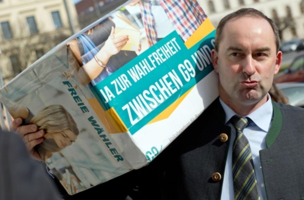 Bayrisches Volksbegehren:  Der Landesvorsitzende der Freien Wähler, Hubert Aiwanger, trägt eine Kisten mit Unterschriften zum Innenministerium in München. Foto: dpa