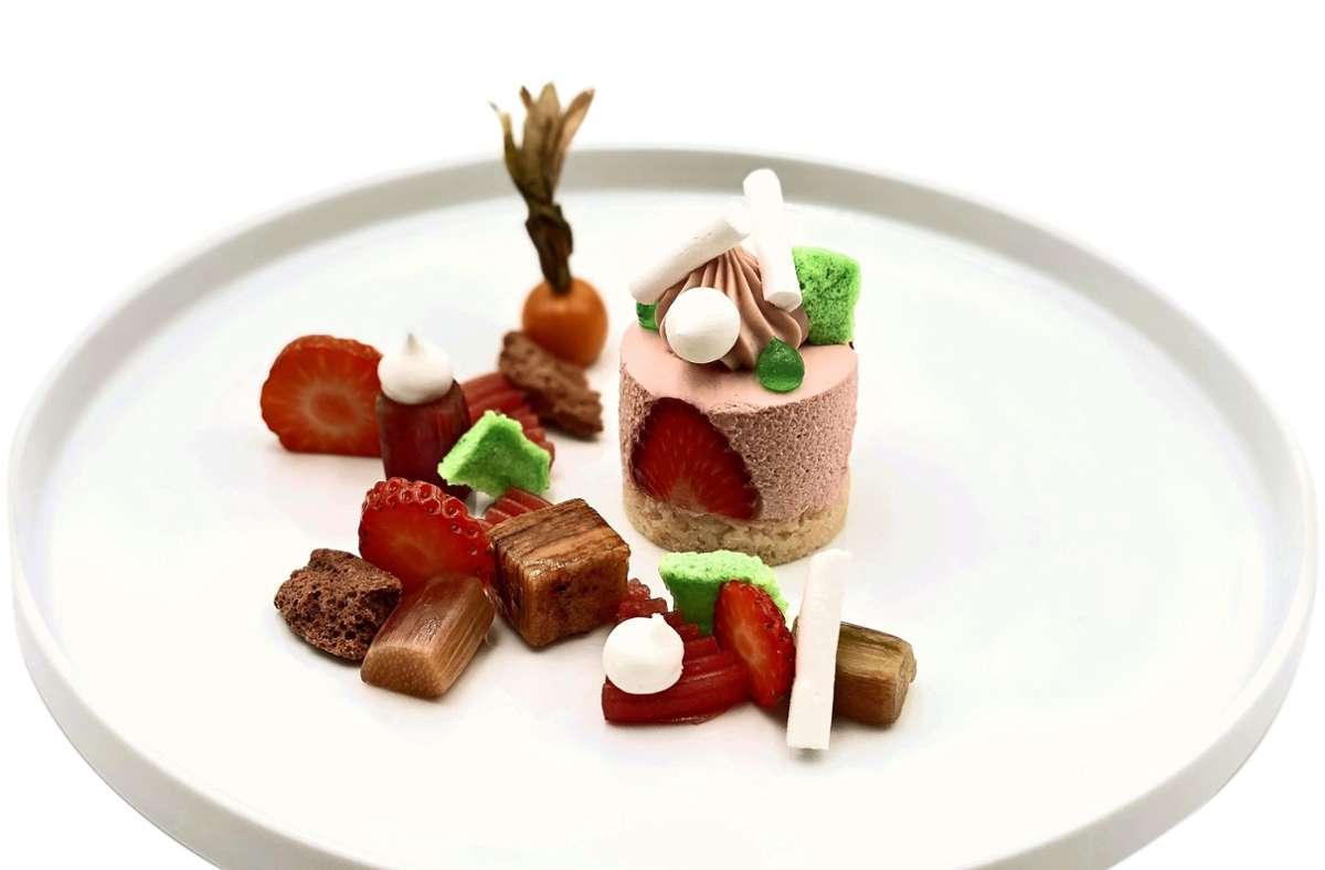 So können Desserts im Restaurant Zur Weinsteige aussehen: Erdbeer-Waldmeister-Törtchen, Rhabarber, Baumkuchen. Foto: Andreas Scherle