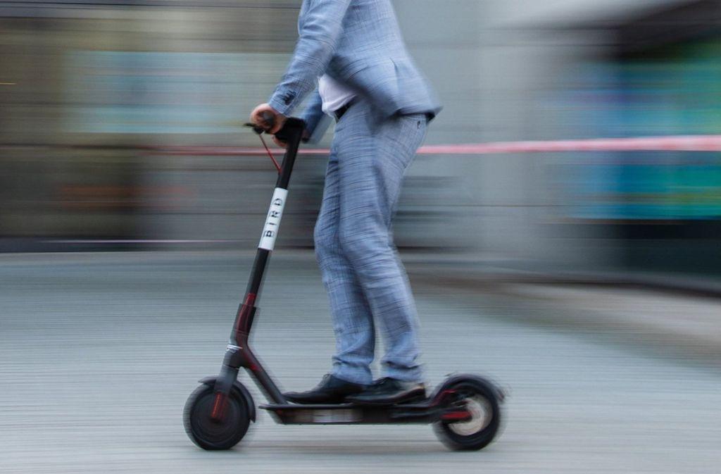 Die E-Scooter dürfen auf Radwegen rasante  20 km/h fahren, auf Gehwegen nur zwölf km/h. Foto: dpa/Nicolas Armer