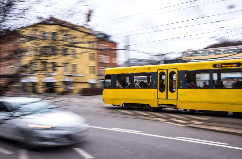 Ein Auto biegt unerlaubt an der Pragstraße, Ecke Wilhelmastraße links ab und kracht in eine Stadtbahn. Foto: Lichtgut/Max Kovalenko (Symbolbild)