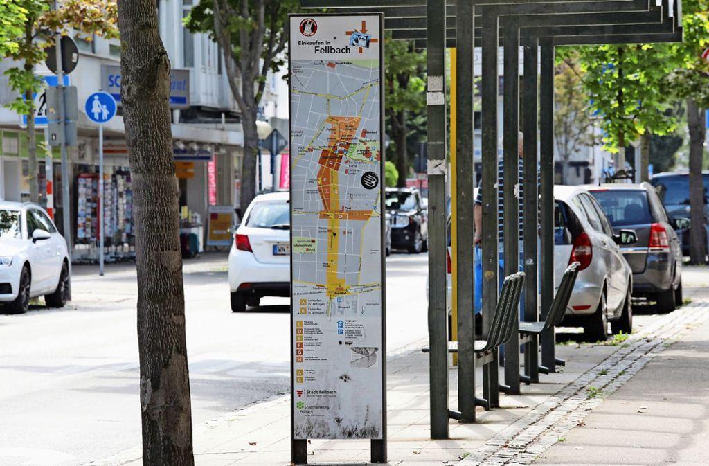 Stelen in der Bahnhofstraße weisen Kunden den Weg zu Einkaufsquellen: Deren Schwerpunkt ist näher am Rathaus, wie farbige Markierungen zeigen. Foto: Patricia Sigerist