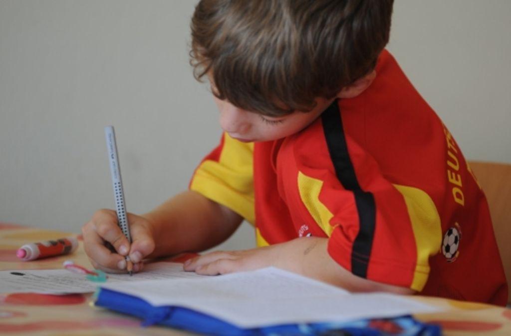 Das  Schreiben per Hand fördert die Feinmotorik. Foto: dpa