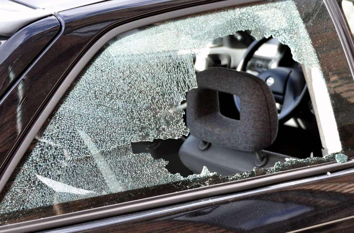 Mit einem Golfschläger beschädigte der Tatverdächtige drei Fahrzeuge. (Symbolfoto) Foto: imago stock&people/Paul von Stroheim
