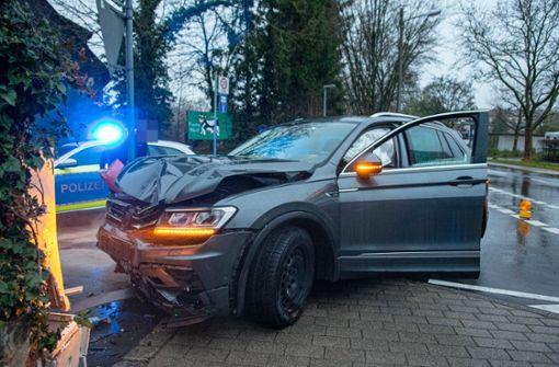 Unbekannter provoziert Unfall – Autofahrer kracht in Stromkasten