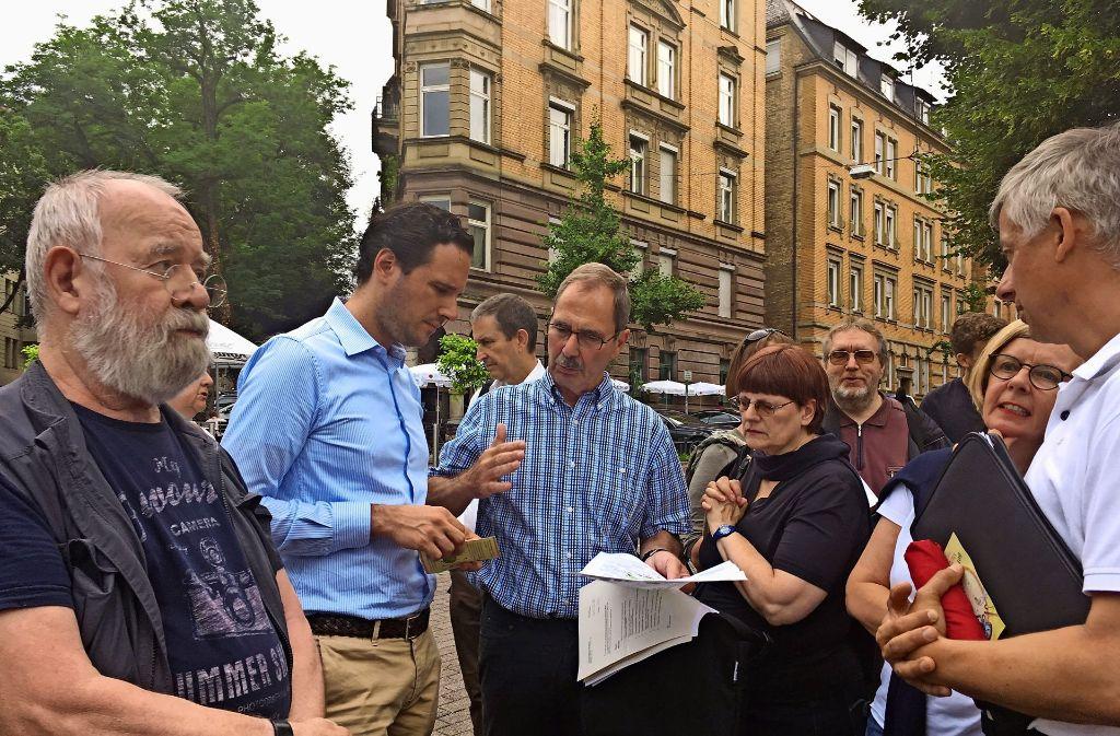 Bürgermeister Fabian Mayer (links, hier im Gespräch mit einer Bürgerin und Bezirksvorsteher Reinhard Möhrle) besucht alle Stadtbezirke. Foto: Nina Ayerle
