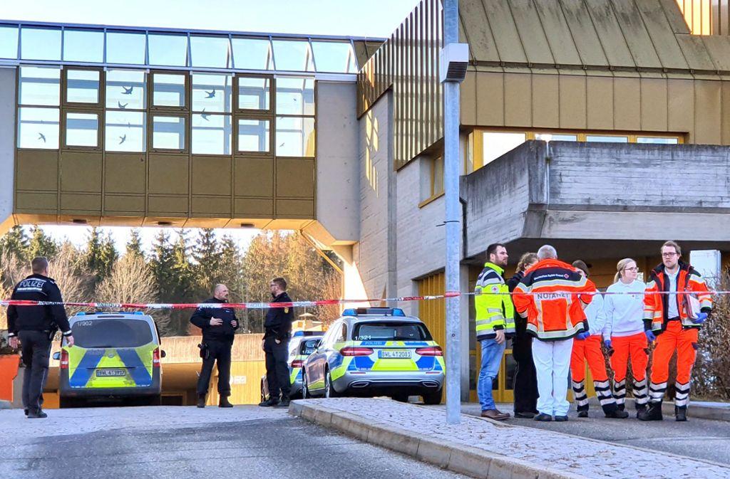 Einsatzkräfte der Polizei und der Rettungsdienste arbeiten an einem Einsatzort an einem Jobcenter. Ein Kunde des Jobcenters hatte zuvor eine Mitarbeiterin mit einem Messer angegriffen. Foto: dpa/Peter Arnegger