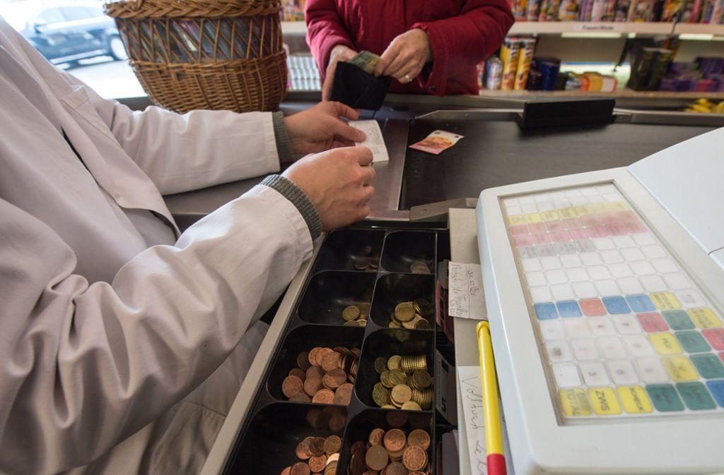Mobiles Bezahlen an der Supermarktkasse wird noch nicht vom Großteil der Deutschen praktiziert. Foto: dpa