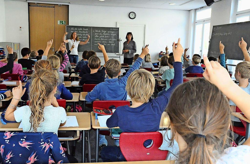 Alles andere als normal: die Drittklässler der Grundschule Kaltental haben derzeit Unterricht im Bürgersaal. Foto: Georg Linsenmann