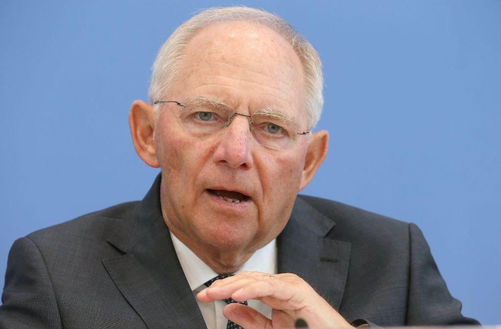 Nach dem Willen von Finanzminister Wolfgang Schäuble sollen die strengeren Abgastests für Autos dem Staat zusätzliche Einnahmen bescheren. Besitzer von Neuwagen müssen für die Kfz-Steuer bald tiefer in die Tasche greifen. Foto: dpa