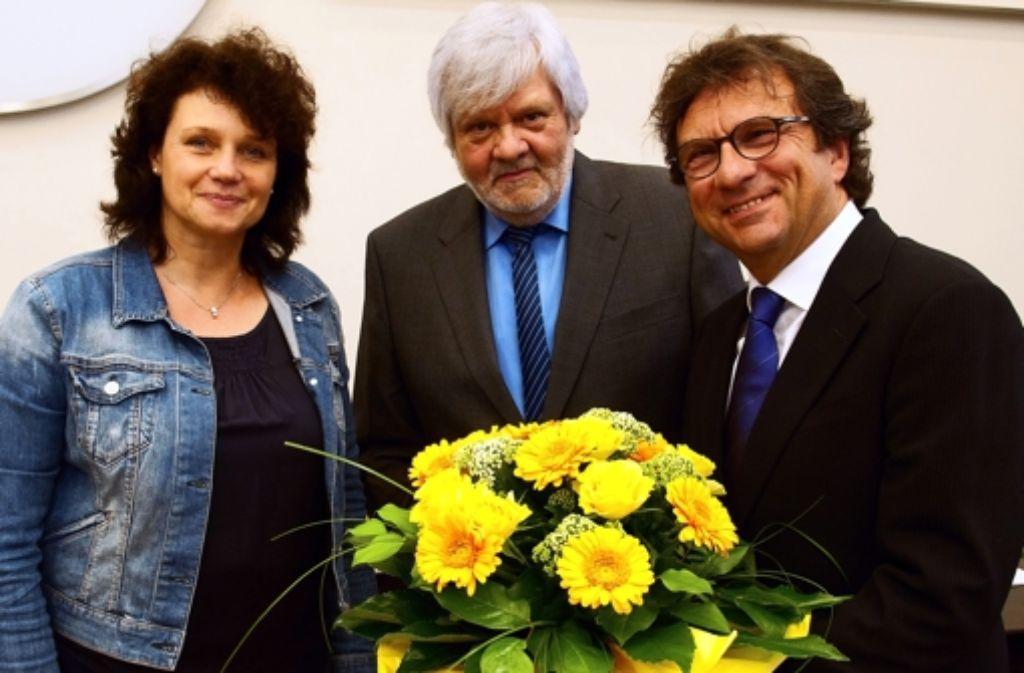Frank Otte (rechts) ist am Dienstag  zum Stadtbaurat von Osnabrück gewählt worden. OB-Vertreterin Rita Maria Rzyski und Ratsvorsitzender  Josef Thöle gratulieren mit Blumen Foto: Presse- und Informationsamt Osnabrück