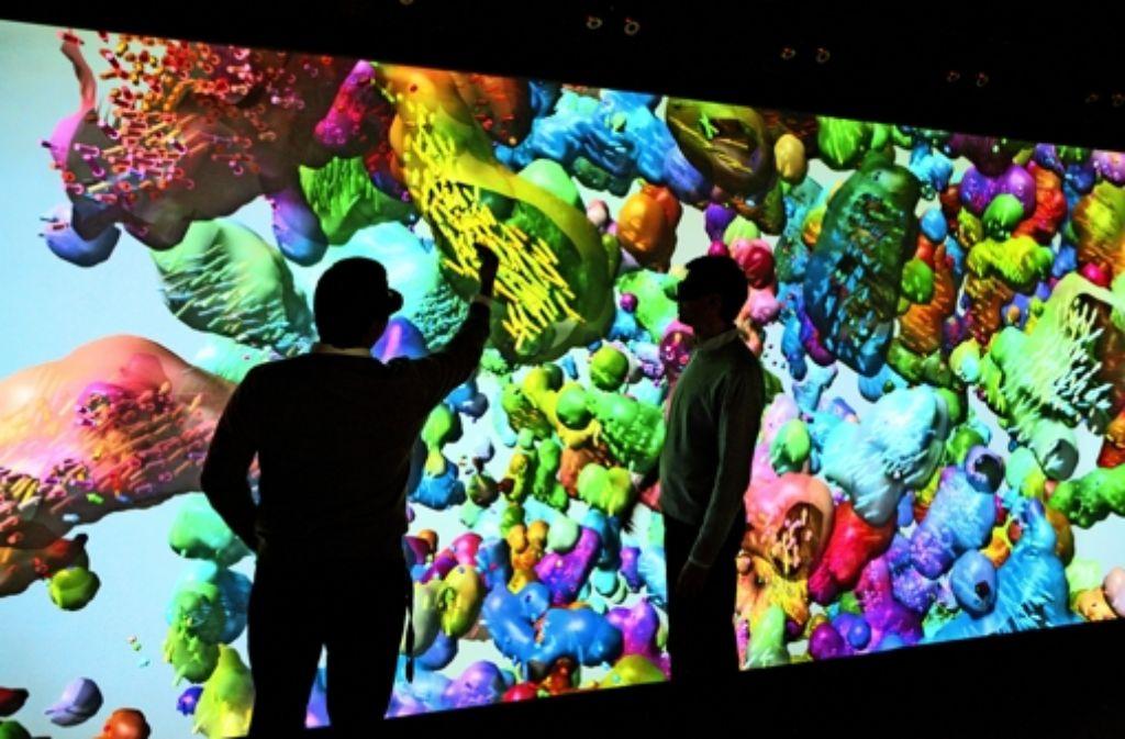 An dem Powerwall genannten Riesenbildschirm können Forscher zum Beispiel chemische Moleküle darstellen und manipulieren. Foto: Uni Stuttgart Foto: