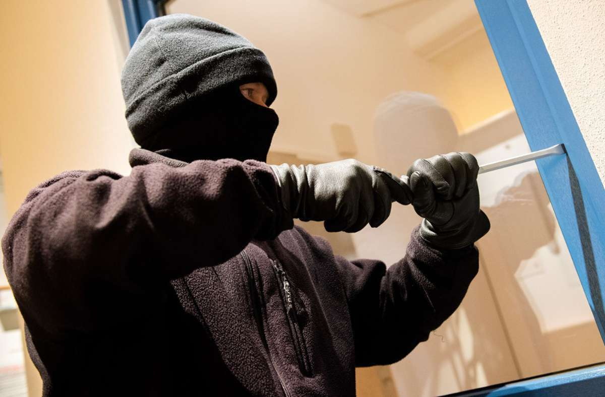 Der Einbrecher versuchte zunächst die Eingangstür des Kiosks aufzuhebeln. (Symbolbild) Foto: dpa/Daniel Bockwoldt