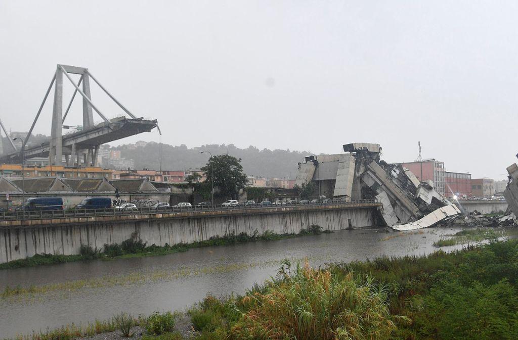 Blick auf die Trümmer der eingestürzten Morandi Autobahnbrücke in Genua. Beim Einsturz der Brücke sind mindestens elf Menschen ums Leben gekommen Foto: dpa