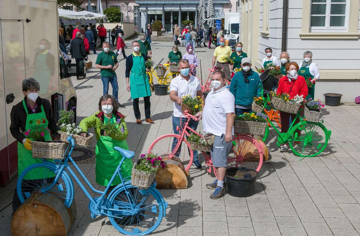 Bürgermeister Michael Ilk sowie die Vorsitzenden der Obst- und Gartenbauvereine haben  die Körbe und Satteltaschen von bunt lackierten Fahrrädern bepflanzt.  Foto: Stadt Ludwigsburg/Benjamin Stollenberg Foto: