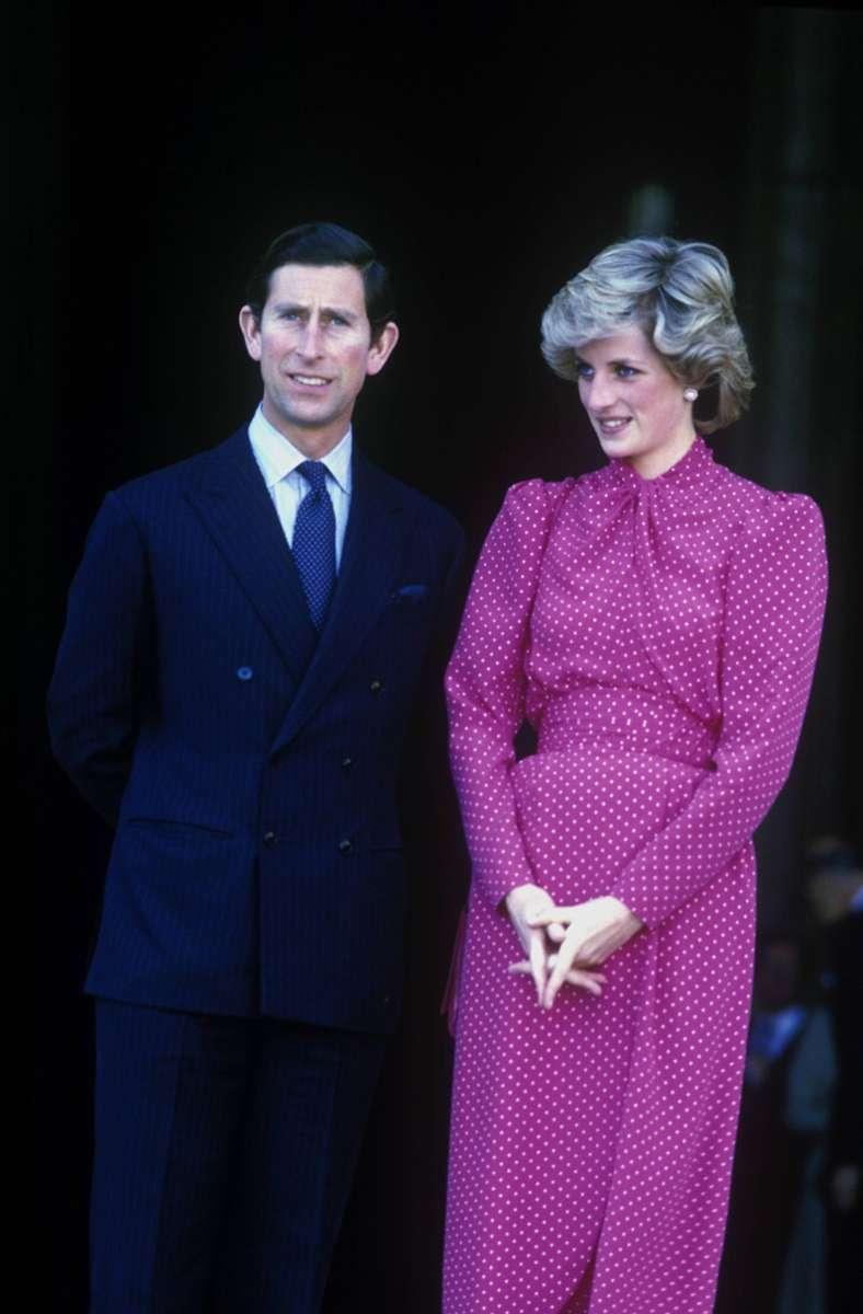 1985: Prinzessin Diana und Prinz Charles besuchen den Vatikan. Die Prinzessin trägt ein pinkes Tageskleid mit weißen Pünktchen – ein ganz typisches Teil in den 80ern.  Foto: imago stock&people