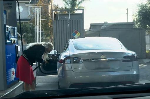 Frau versucht Tesla zu betanken