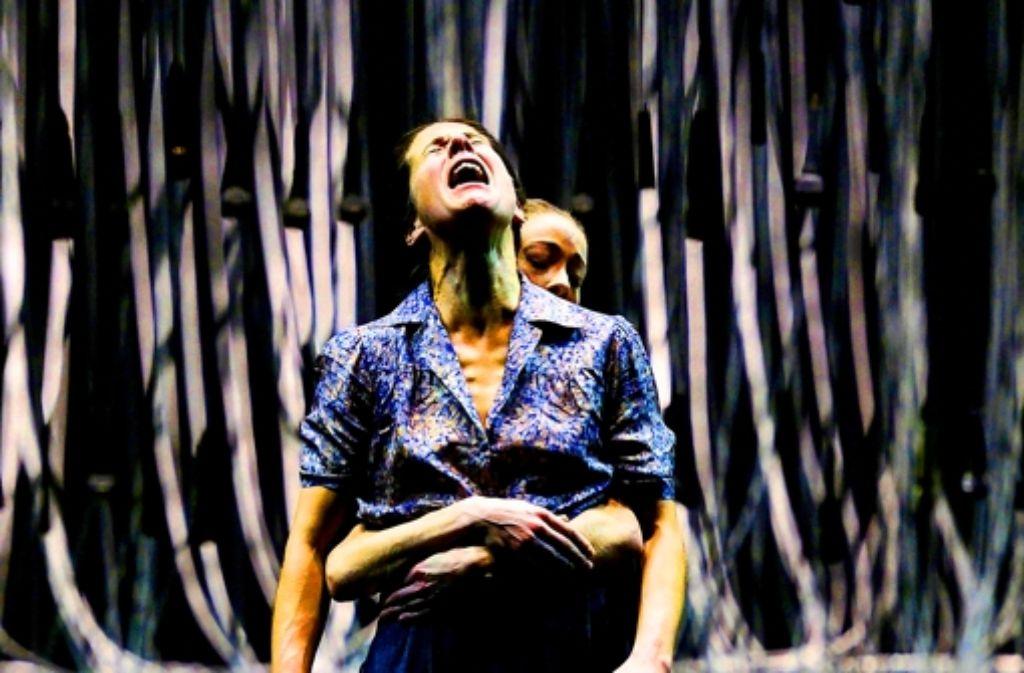 Aufschrei: Ute Hannig als Selma (vorn) mit der Tänzerin Angelina Zuccarini. Foto: Staatstheater