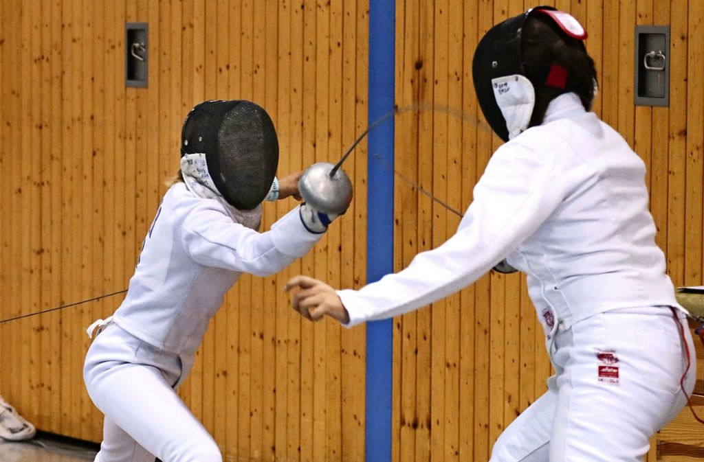 Annika Amler (li.) setzt den nächsten Treffer: Die Ditzingerin holt sich den Turniersieg in den Altersklassen U15 und U17. Foto: Andreas Gorr