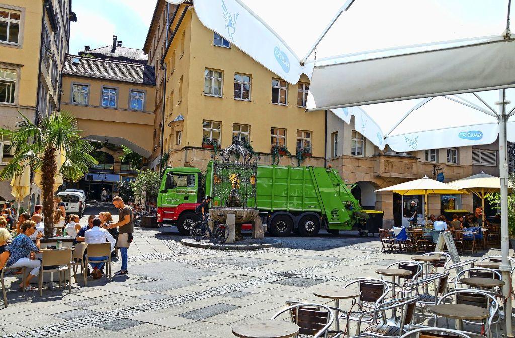 Müllfahrzeuge am Hans-im-Glück-Brunnen tragen nicht gerade zum Genuss bei den Mittagstischen bei. Foto: Jürgen Brand