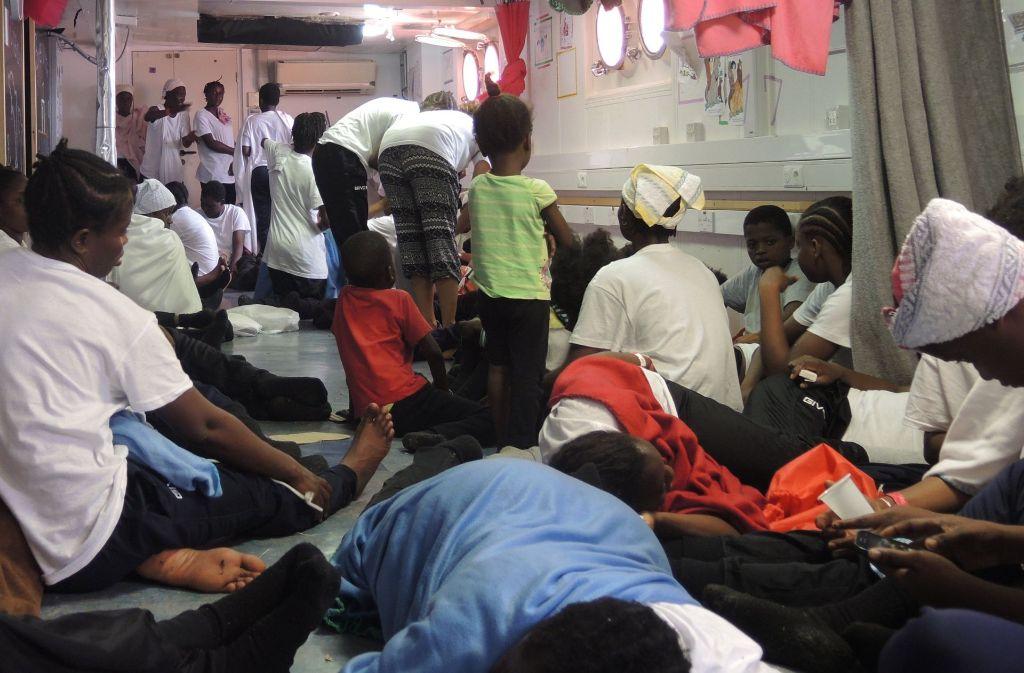 Frauen ruhen sich in einem Rückzugsraum für Kinder und Frauen auf dem Rettungsschiff «Aquarius» aus. Sie waren zuvor von Booten im Mittelmeer gerettet worden. Viele Nigerianerinnen, die über das Mittelmeer nach Europa kommen, sind Opfer von Menschenhändlern zur sexuellen Ausbeutung geworden. Foto: dpa