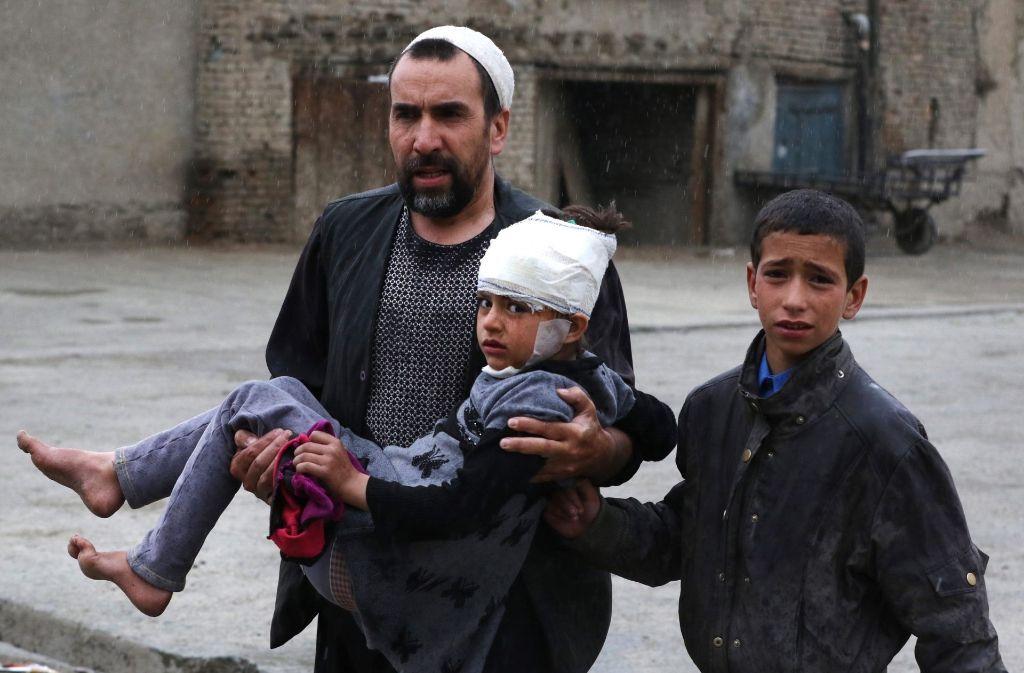 Besonders Kinder  – wie hier in Kabul – leiden unter dem Krieg in Afghanistan. Foto: EPA