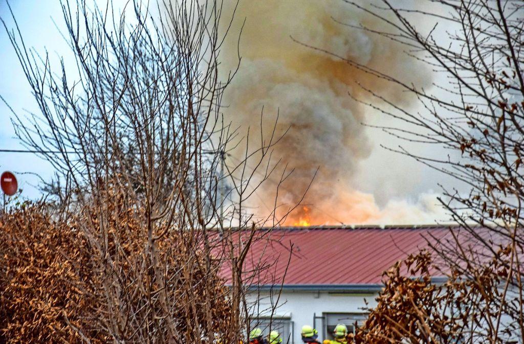 Hohe Flammen schlugen zeitweilig aus dem Gebäude. Foto: 7aktuell.de/Nico Schmid
