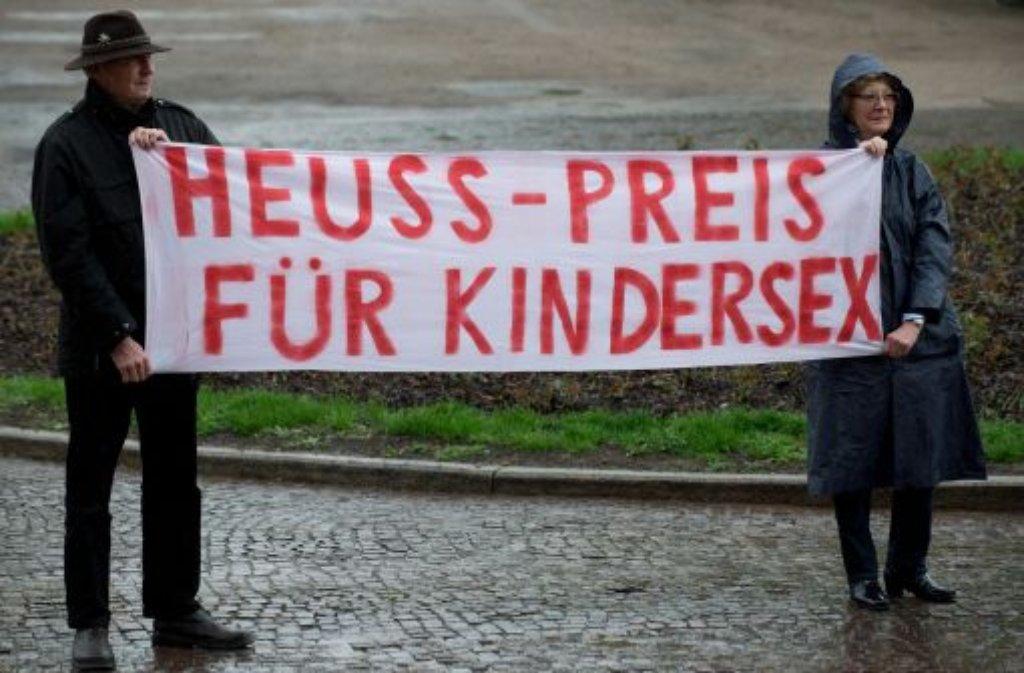 Etwa 70 Demonstranten, organisiert von der Jungen Union, beschimpfen die Gäste vor dem Neuen Schloss in Stuttgart - Grünen-Politiker Daniel Cohn-Bendit wird dort der Theodor-Heuss-Preis verliehen. Der 68-Jährige bricht während seiner Dankesrede in Tränen aus.  Foto: dpa