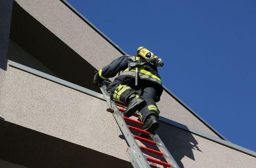 Schlüssel vergessen - Feuerwehr rettet Mann von Hausdach