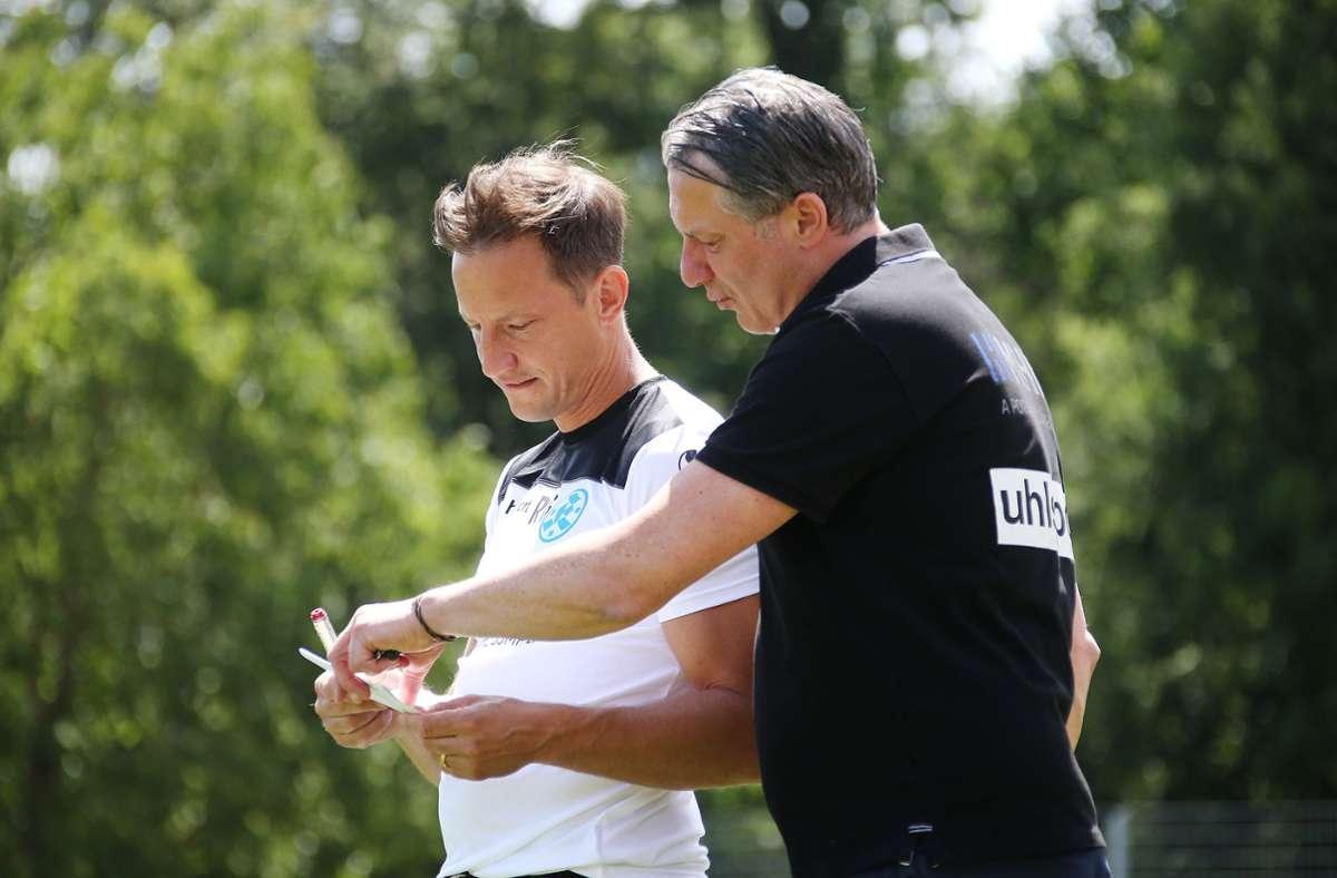 Lutz Siebrecht (re., mit Trainer Ramon Gehrmann) bleibt den Blauen treu. Foto: Pressefoto Baumann