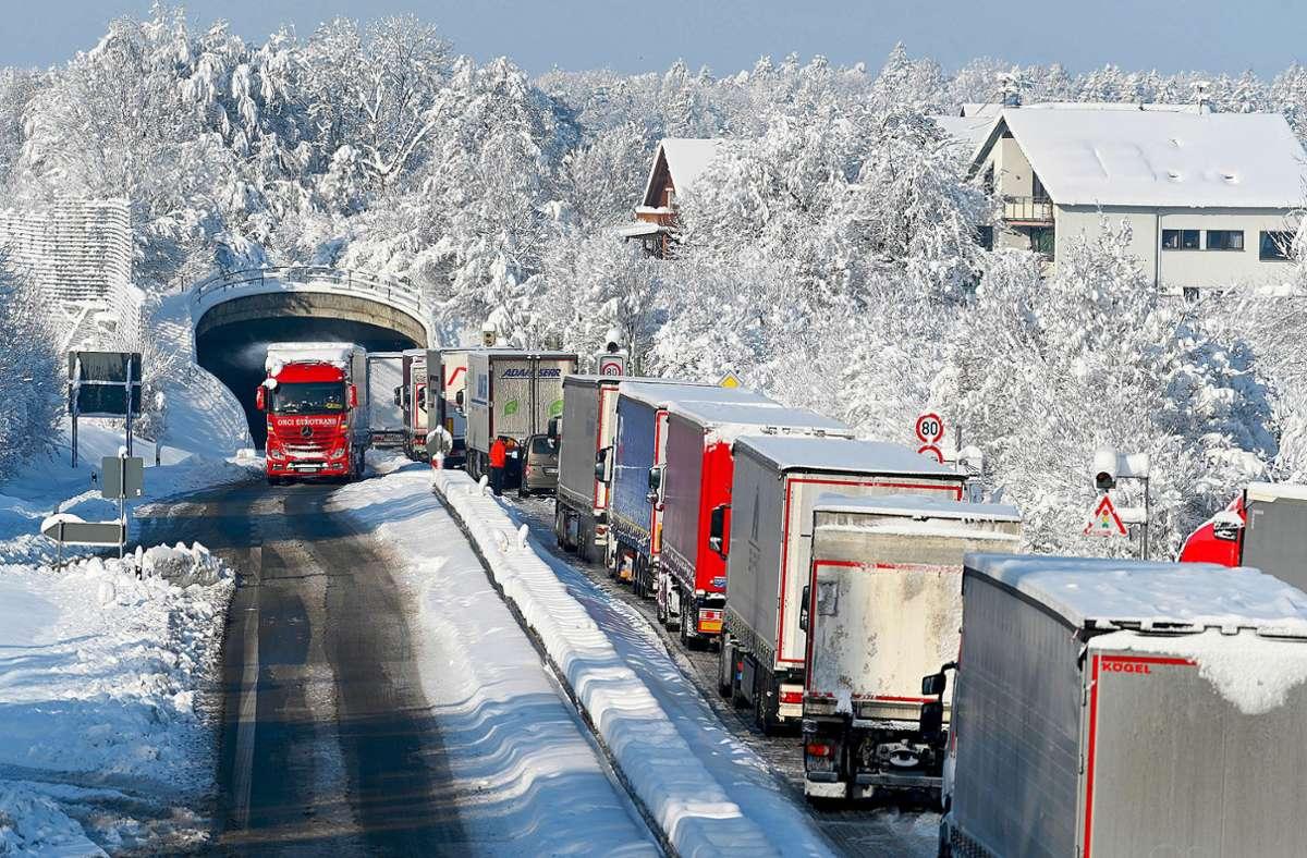 Lastwagen stehen auf der Bundesstraße 31 bei Eriskirch zwischen Lindau und Friedrichshafen. Mehrere Fahrer mussten die Nacht über in ihren Wagen verbringen. Foto: dpa/Felix Kästle
