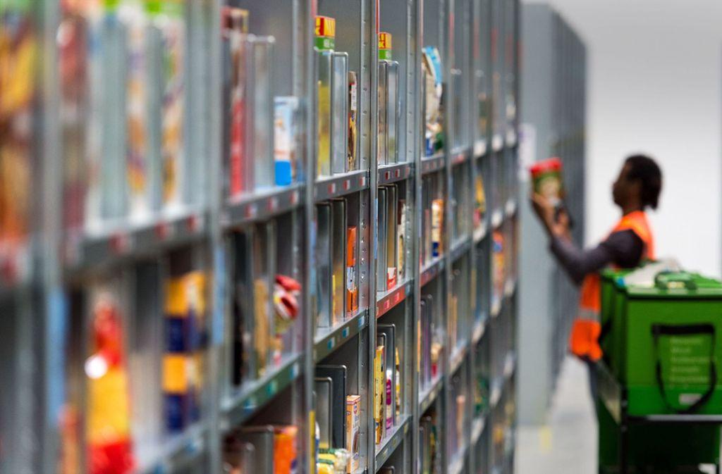 Die Logistik in den Lagern ist beim Online-Handel mit Lebensmitteln noch das kleinste Problem. Doch die Auslieferung ist ein Engpass. Foto: dpa/Monika Skolimowska