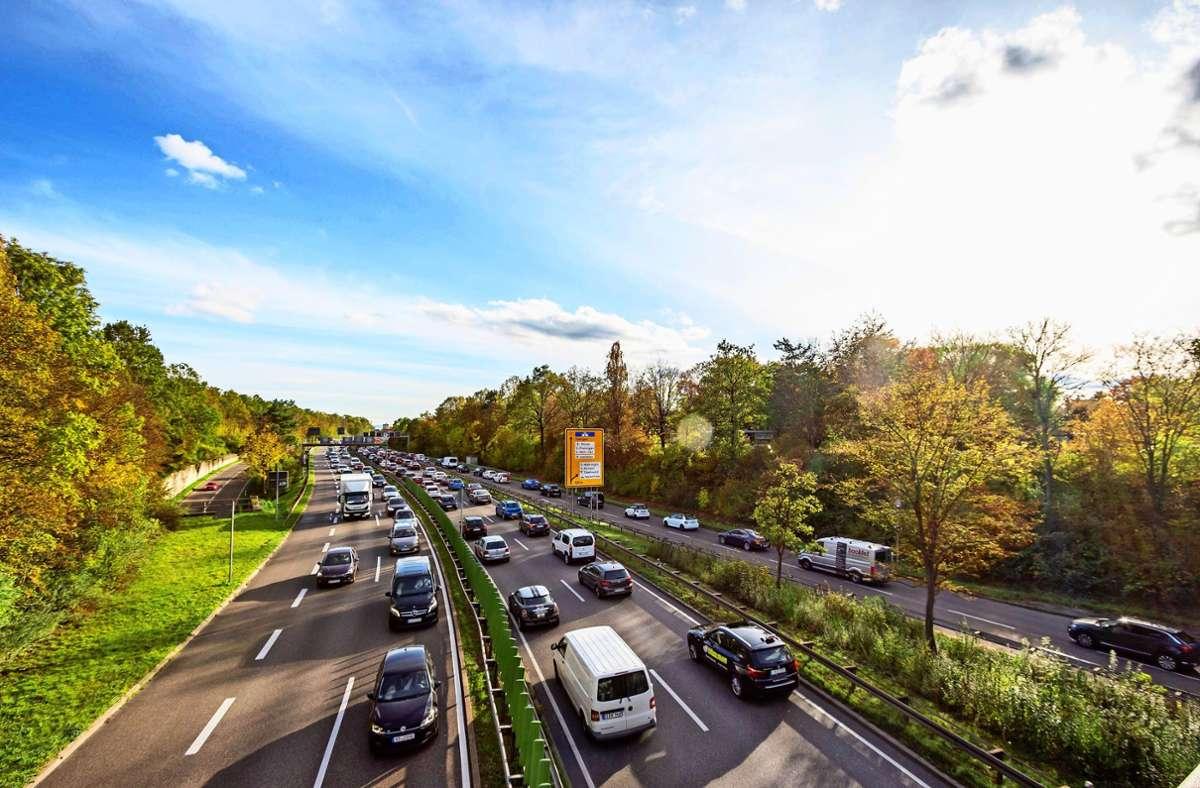 Die B27 ist eine vielbefahrene Ein- und Ausfallstraße der Landeshauptstadt. Seit Dezember 2019 dürfen die Autofahrer hier nur noch 80 fahren. Foto: 7aktuell.de