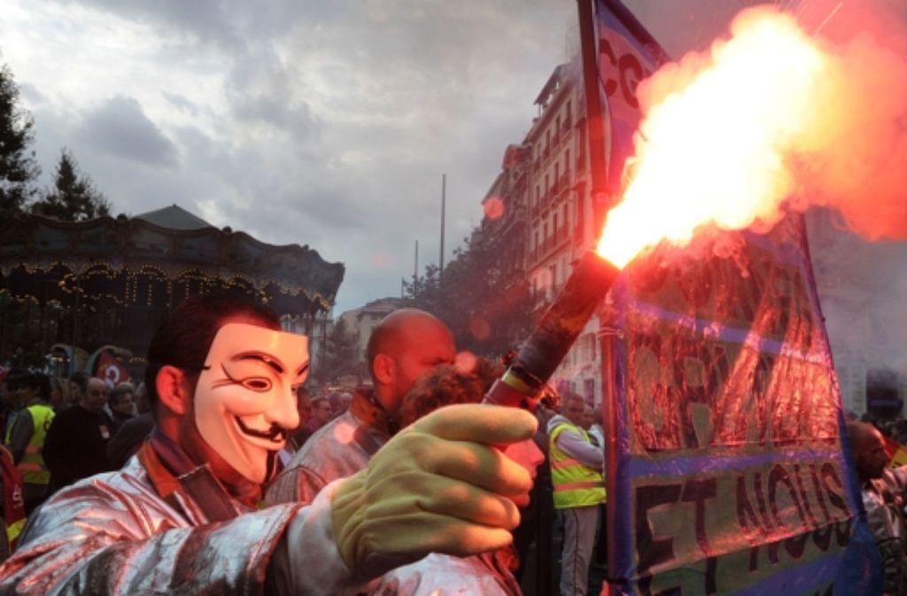 Diese Demonstranten in Marseille  legen sich der Rentenreform wegen ganz offen mit dem Staat an. Massimo Carlottos Verbrecher können da nur grinsen: Sie setzen ihre ökonomischen Interessen anders durch. Foto: AFP