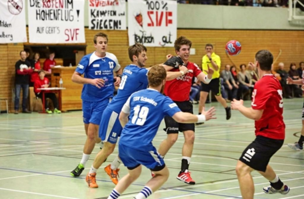 Patrick Brunner (Mitte, rotes Trikot) bleibt mit dem SV Fellbach in der Württemberg-Liga, Christian Joos (links) beim Lokalrivalen TSV Schmiden. Foto: Patricia Sigerist