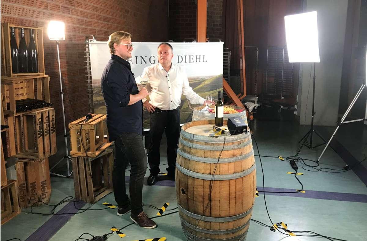 Winzer Thomas Diehl (links) und Weinkolumnist Holger Gayer erweisen sich bei der ersten digitalen Weinprobe aus dem Stuttgarter Pressehaus als Entertainer. Foto: Bosch
