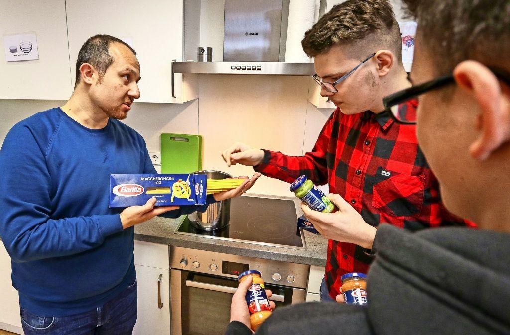 Yousof Neisi (links) kocht mit Jugendlichen des Waldhauses. Anfangs waren vor allem seine Farsi- und Arabischkenntnisse gefragt. Jetzt arbeitet er auch mit deutschen jungen Leuten. Foto: